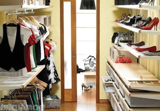 дизайн маленькой проходной гардеробной комнаты