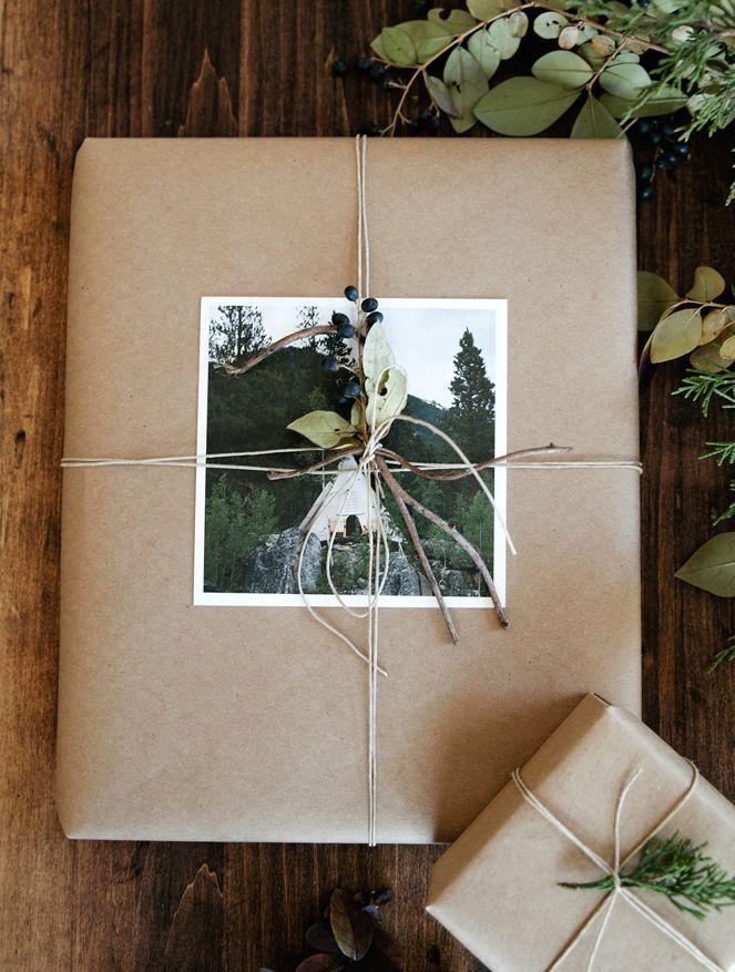 оригинальная упаковка подарков с применением живых цветов и растений
