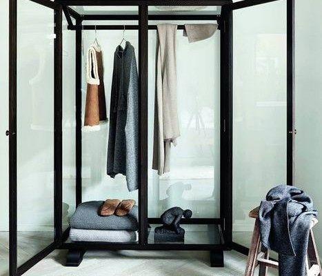 прозрачный шкаф-витрина для одежды