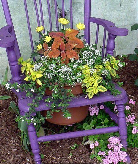 фиолетовая клумба из стула