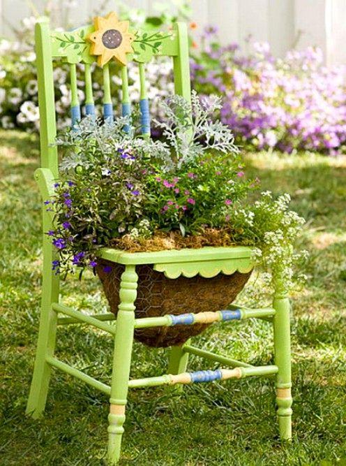 клумба из стула с корзиной для ампельных растений