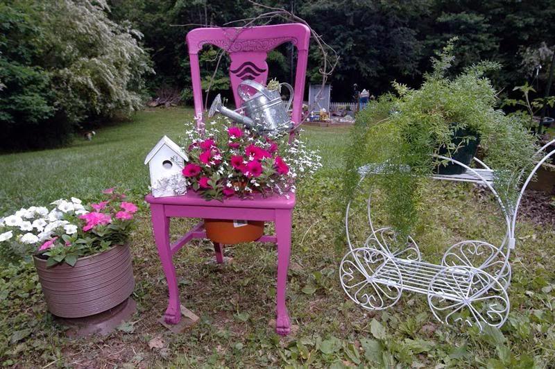 садовая клумба из стула