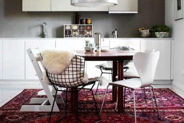 яркий восточный ковер в интерьере кухни минимализма