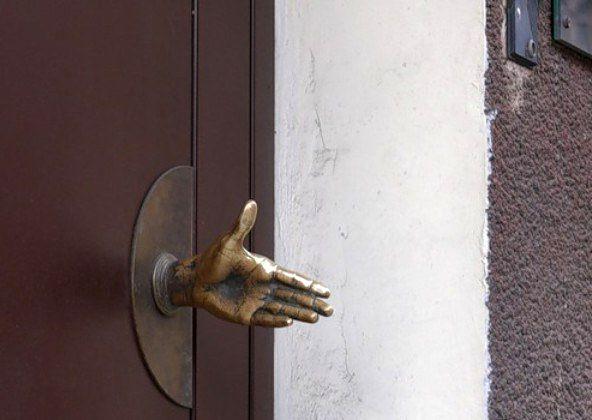 дверная ручка в виде руки