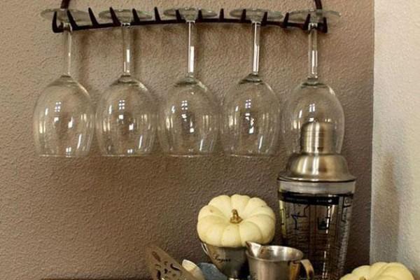 старые грабли как держатель для винных бокалов.xnbak