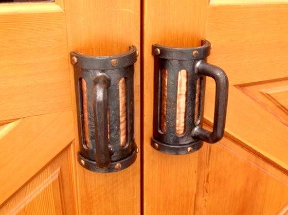 необычные дверные ручки в виде кружек пива