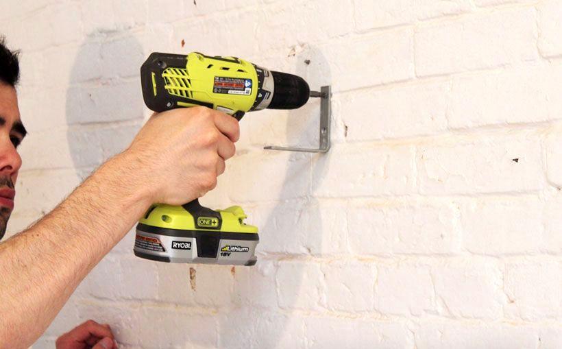 крепление вешалки к стене с помощью уголков