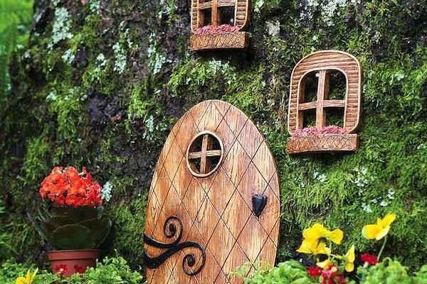 двери и окошки  - домик для феи в саду