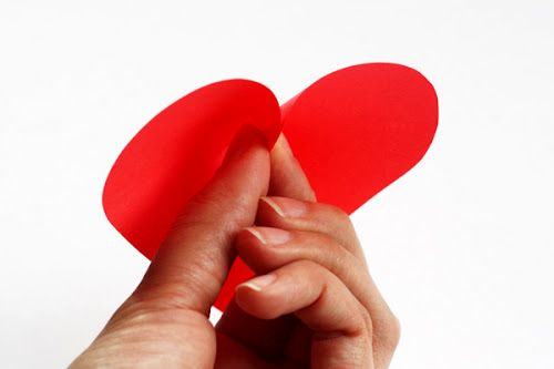 мастер-класс объемные сердечки из бумаги - приклеить