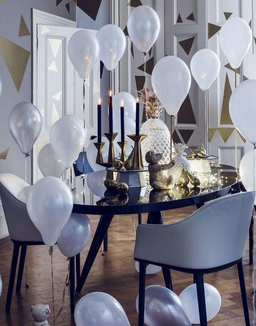 новогодний интерьер с воздушными шариками