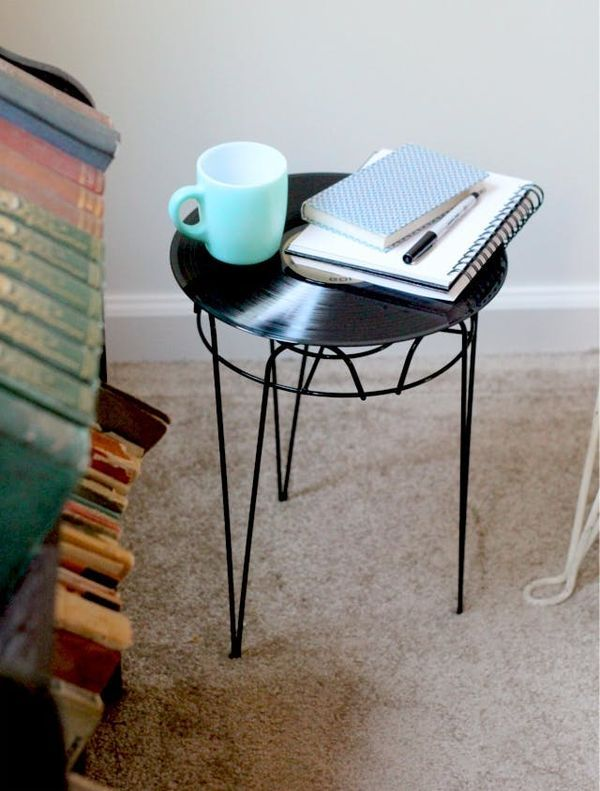приставной столик из виниловой пластинки