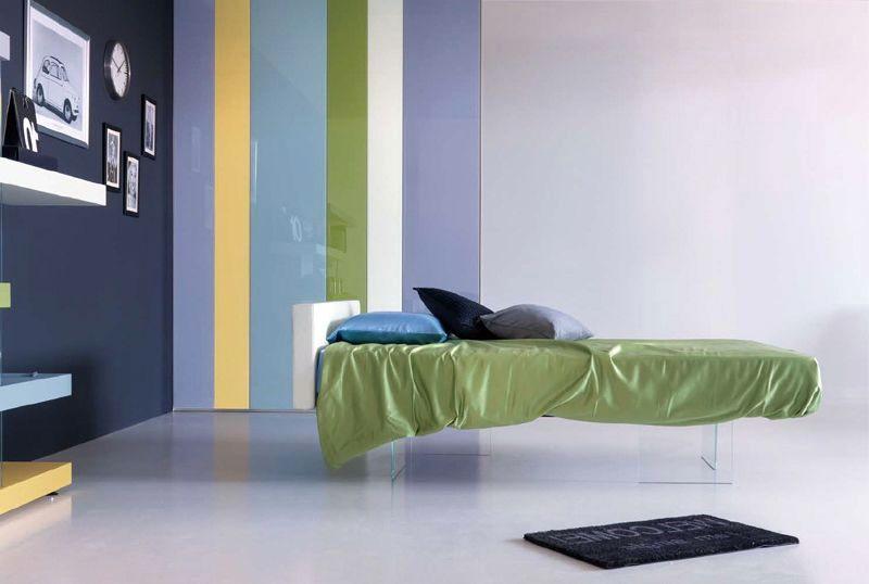 имитация подвесной кровати с прозрачными ножками