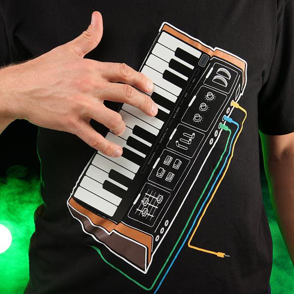синтезатор в футболке - оригинальный подарок