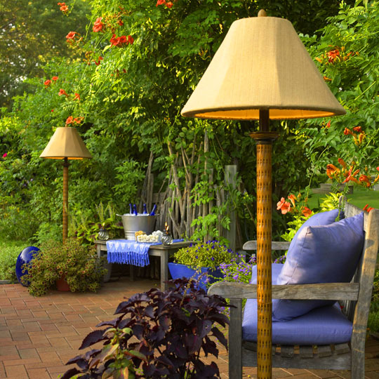 мебель из дома  во дворе
