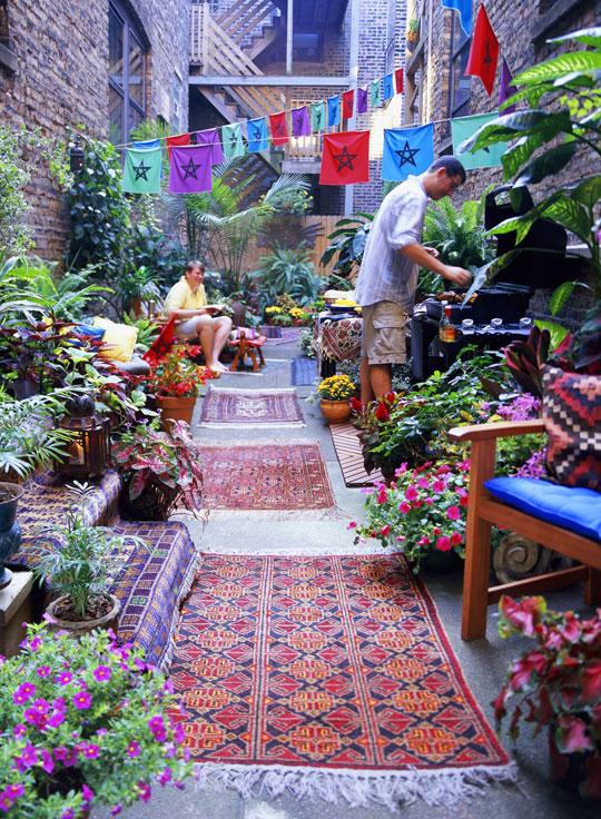 ковры и циновки во внутреннем дворике