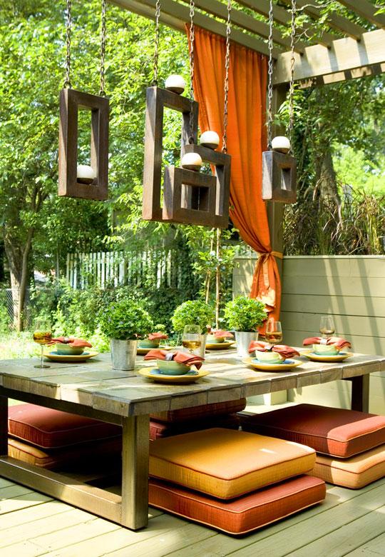 низкий столик на террасе