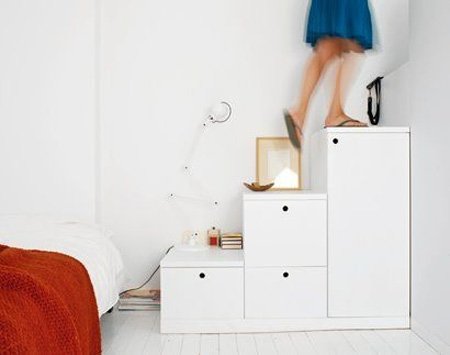 современная компактная лестница с ящиками