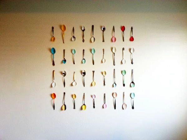 декор стены композицией из ложек