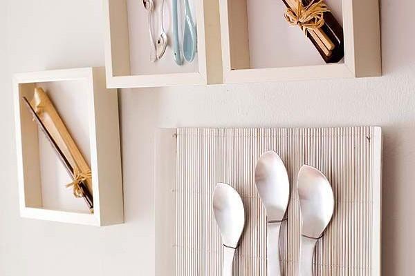 столовые приборы на стене