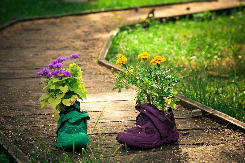 цветочный горшок из детской обуви