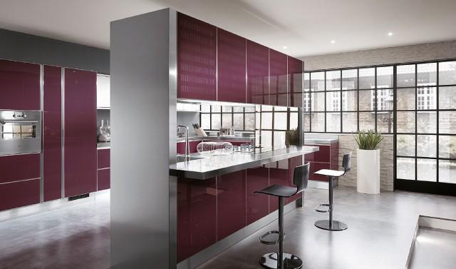 бордовый интерьер кухни с отделяющей ширмой - барной стойкой