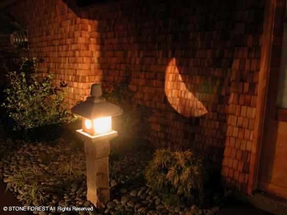 каменный фонарь Oribe ночью