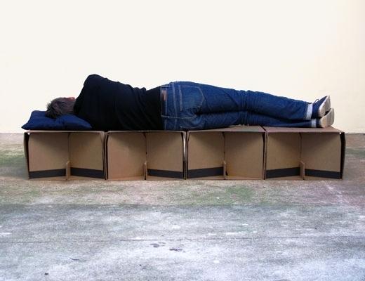 кровать из картонных блоков