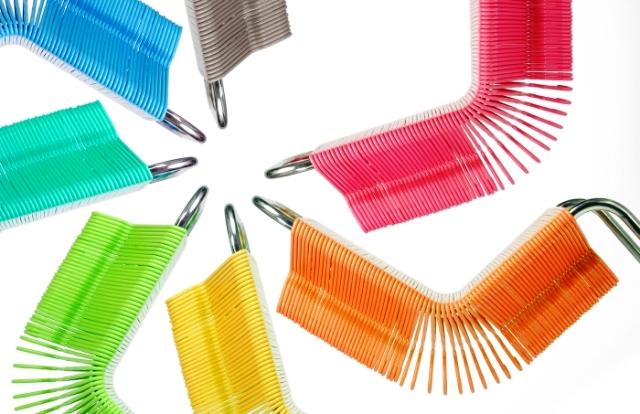 разноцветные стулья из вешалок