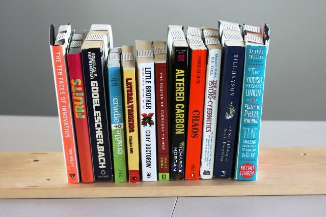 перевернутая полка с книгами