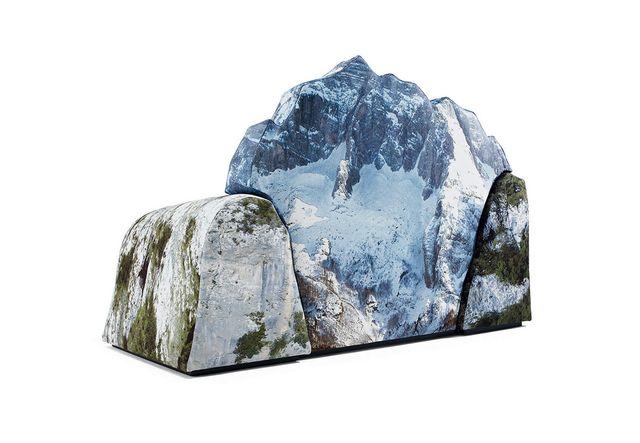 кресло Montanara в виде гор, озера и водопада