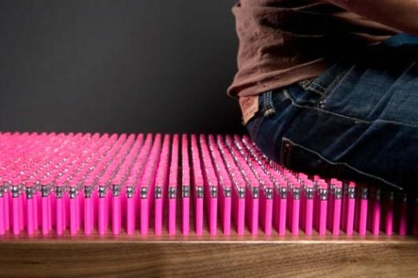 розовая скамейка из карандашей