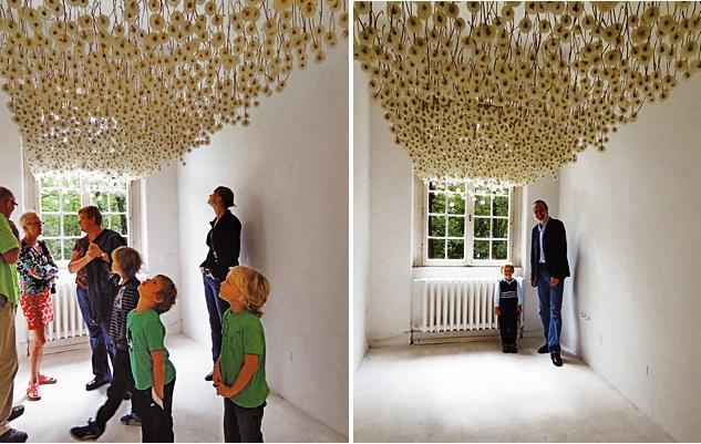 инсталляция - сушеные одуванчики на потолке