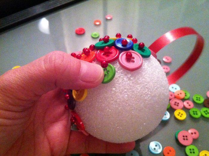 новогодний шарик из пуговиц мастер-класс 03