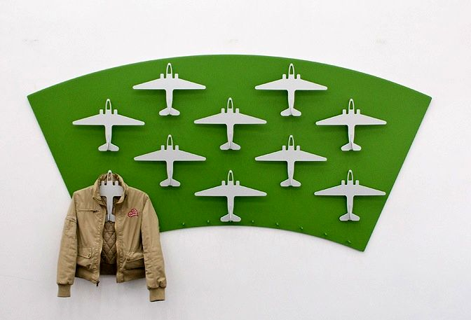 креативная вешалка в прихожую в виде самолетов