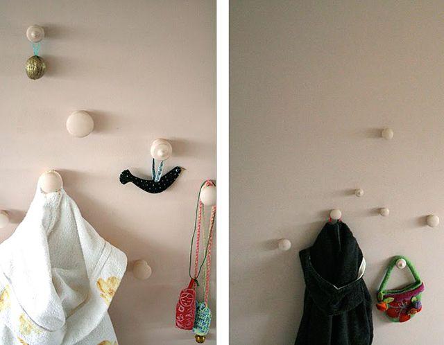 настенная вешалка из дверных ручек