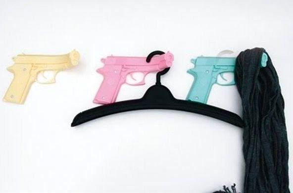 необычные вешалки крючки из пистолетов