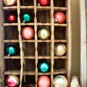 новогодние игрушки на полке