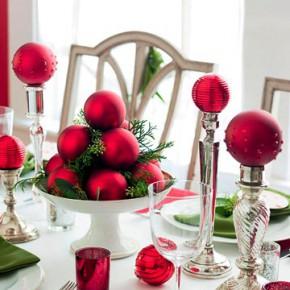 новогодние игрушки как декор стола