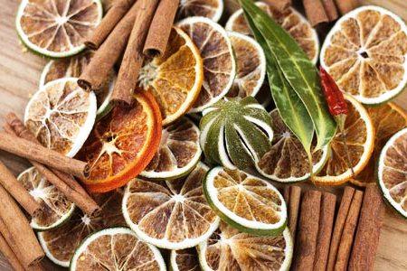 сушеные цитрусовые и палочки корицы
