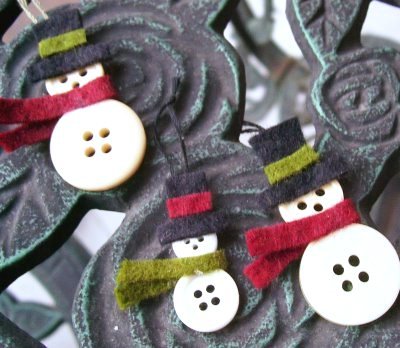 снеговики из пуговиц своими руками