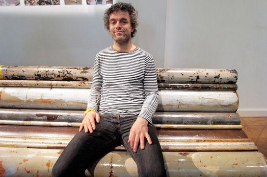 дизайнер на скамье из водопроводных труб