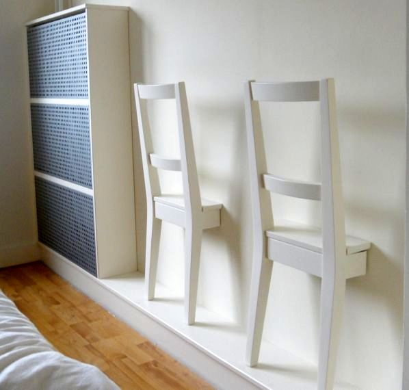 стул-вешалка в стене