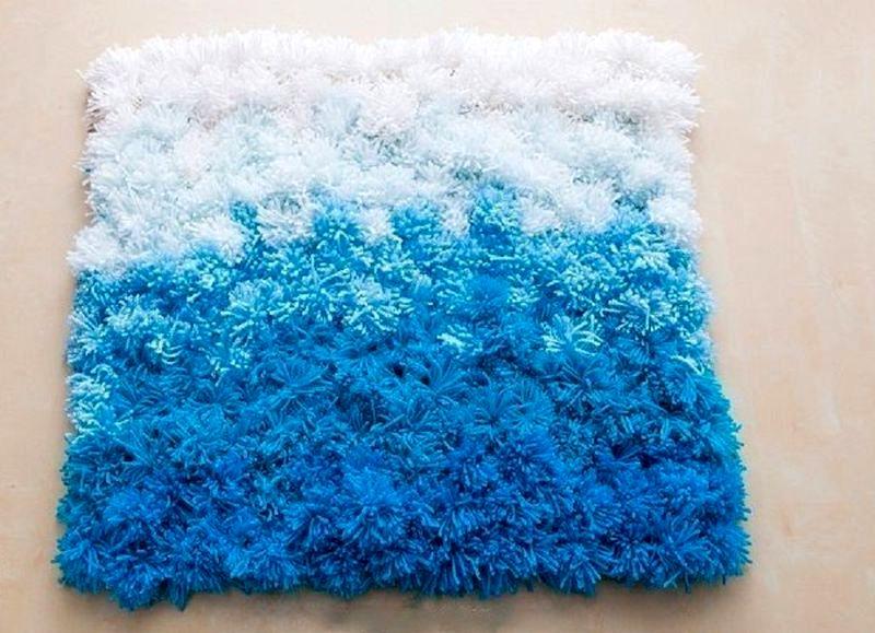 бело-голубой коврик из помпонов