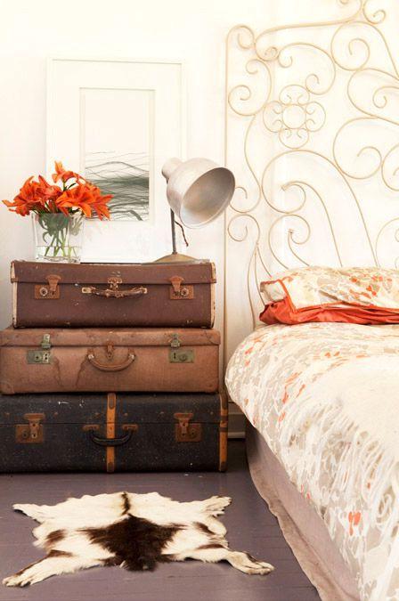 что сделать из чемодана - прикроватная тумбочка