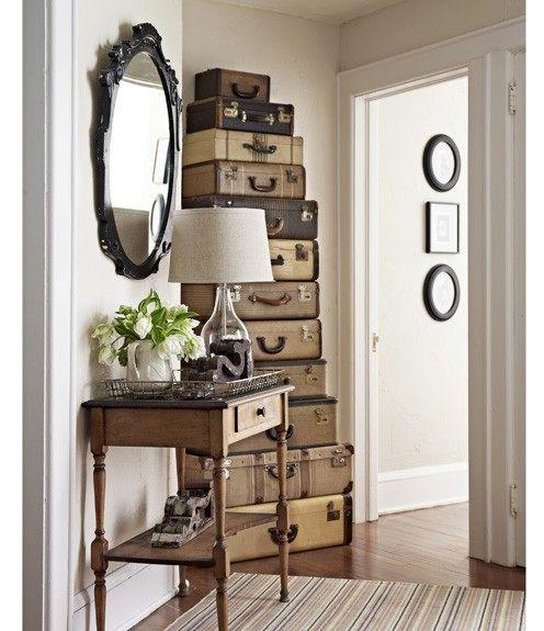 высокий комод из чемоданов