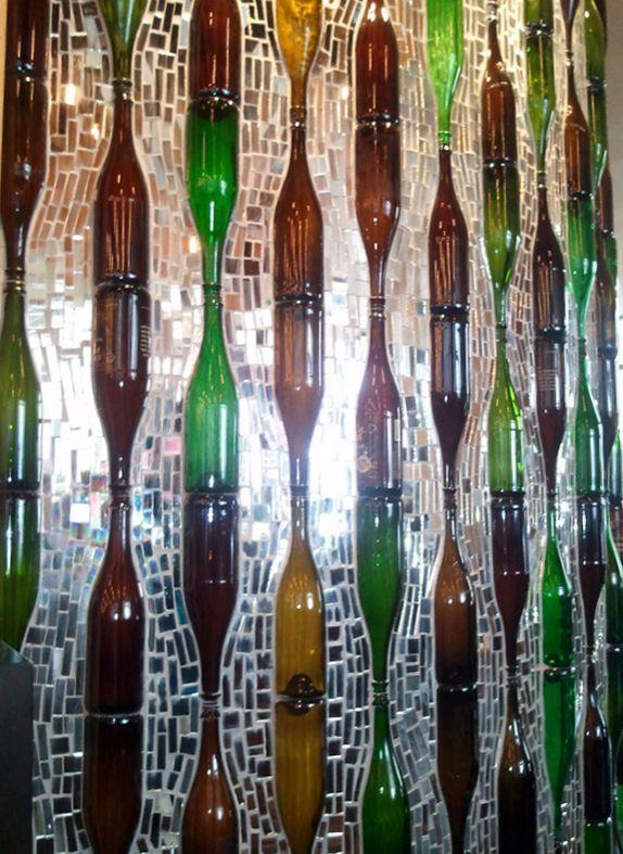 стена в интерьере из стеклянных бутылок