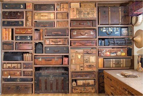 что сделать из чемоданов - стенка из чемоданов