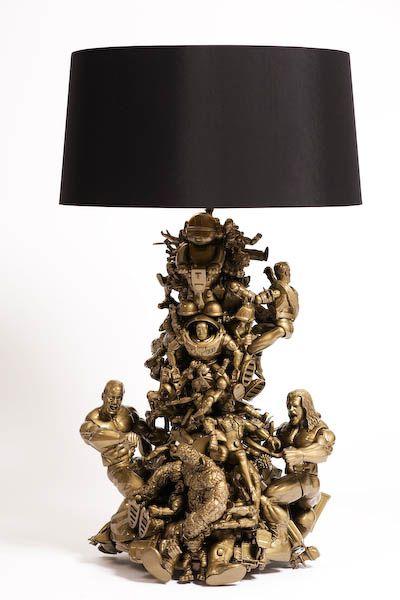 декор игрушками настольной лампы