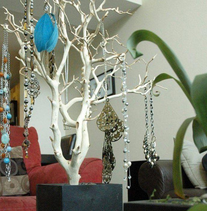 хранение украшений на ветке дерева