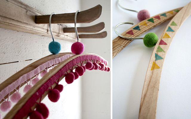 яркий декор вешалок для одежды красками